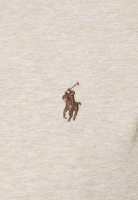 Polo Ralph Lauren - CUSTOM SLIM FIT JERSEY V-NECK T-SHIRT - T-shirt - bas - expedition dune - 6