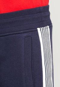 GANT - STRIPE PANTS - Teplákové kalhoty - evening blue - 3