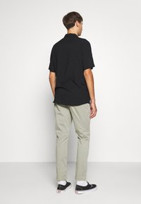 Denham - CARL - Pantalones chinos - shadow green - 2