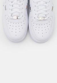 Nike Sportswear - AIR FORCE 1 - Sneakersy niskie - white/hyper royal/black - 7