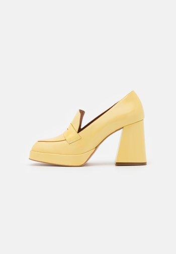 Lodičky splatformou - amarillo