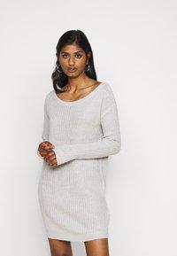 Missguided Petite - AYVAN OFF SHOULDER JUMPER DRESS - Sukienka dzianinowa - light grey - 0