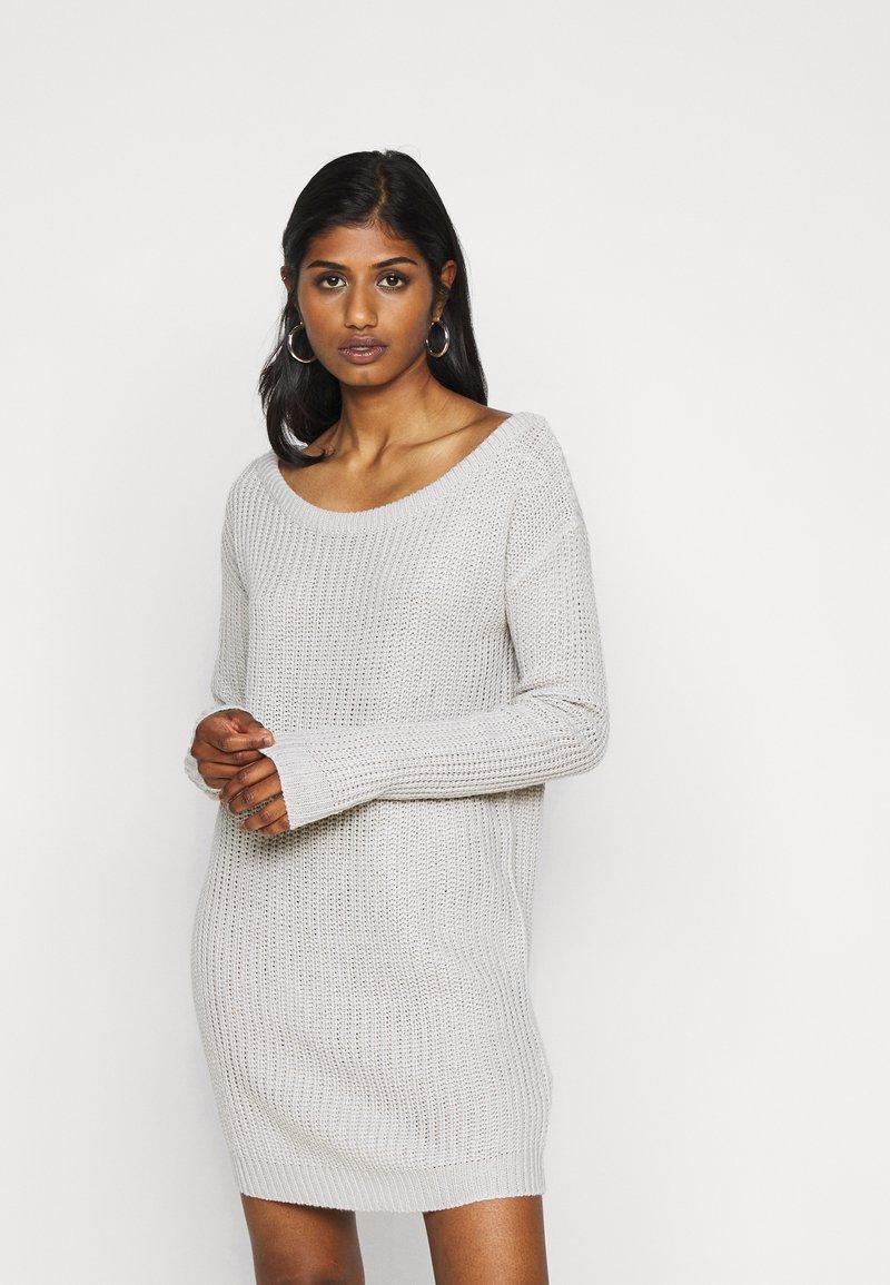 Missguided Petite - AYVAN OFF SHOULDER JUMPER DRESS - Sukienka dzianinowa - light grey