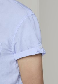 TOM TAILOR DENIM - TOM TAILOR DENIM BLUSEN & SHIRTS STRUKTURIERTES KURZARMHEMD MIT  - Shirt - light blue slub stripe - 3