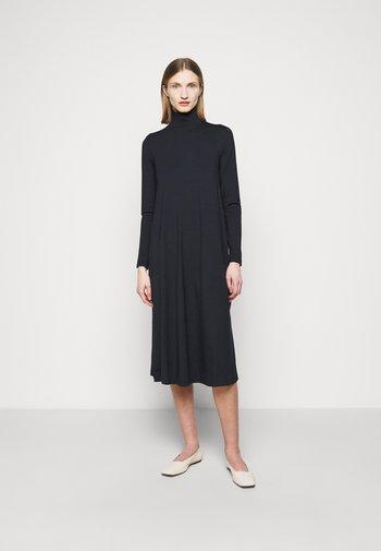 LARGE - Žerzejové šaty - blau