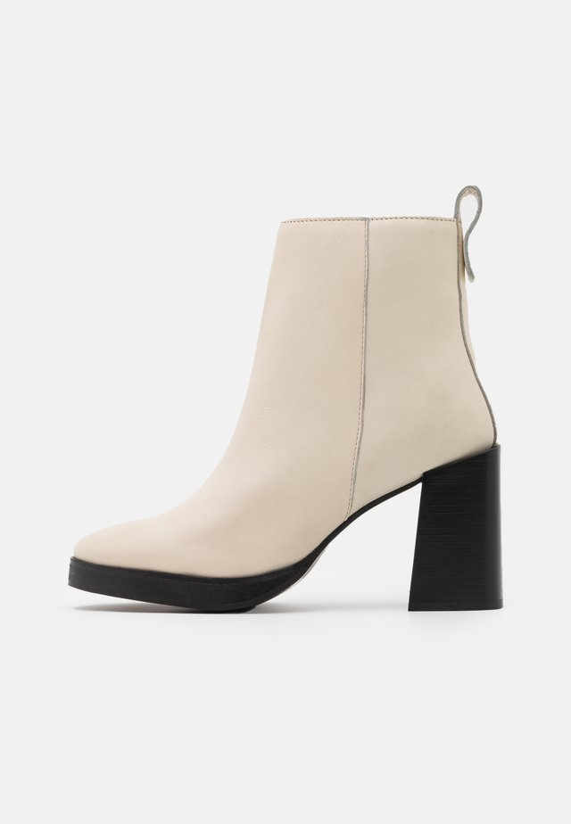 HERINGTON - High heeled ankle boots - milk