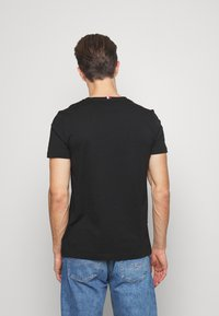 Tommy Hilfiger - GLOBAL STRIPE TEE - T-shirt z nadrukiem - black - 2
