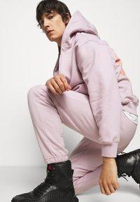 032c - REFLECTIVE LOGO - Teplákové kalhoty - grey purple - 4