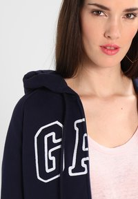 GAP - Zip-up hoodie - navy uniform - 3