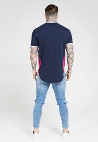 SIKSILK - FADE PANEL SLIDE TEE - Print T-shirt - navy/neon - 2