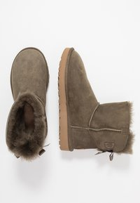 UGG - MINI BAILEY BOW - Botki - euculyptus spray - 3
