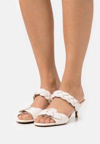 Coach - MOLLIE  - Pantofle na podpatku - chalk - 0