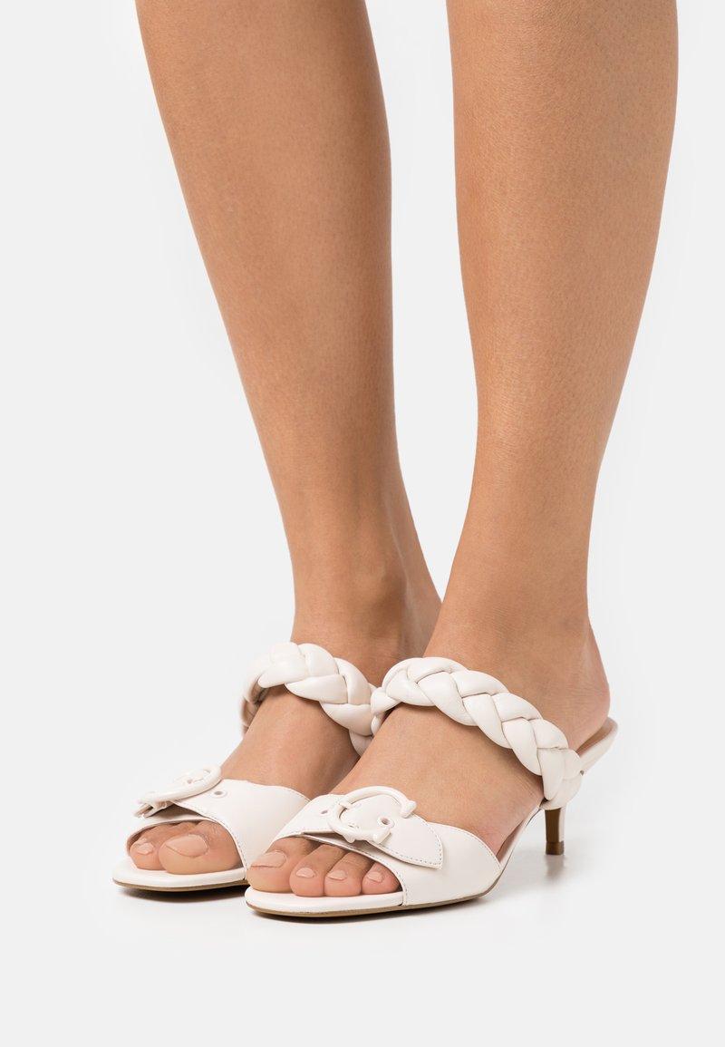 Coach - MOLLIE  - Pantofle na podpatku - chalk