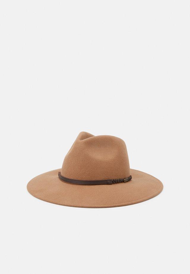 TACK FEDORA - Hat - camel