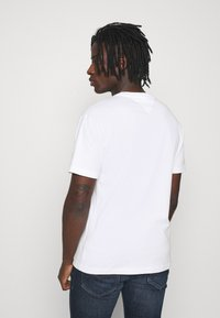 Tommy Jeans - LINEAR LOGO TEE - T-shirt med print - white - 2