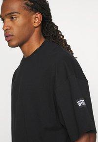 WRSTBHVR - VOLUME MOOD UNISEX - Print T-shirt - black - 4