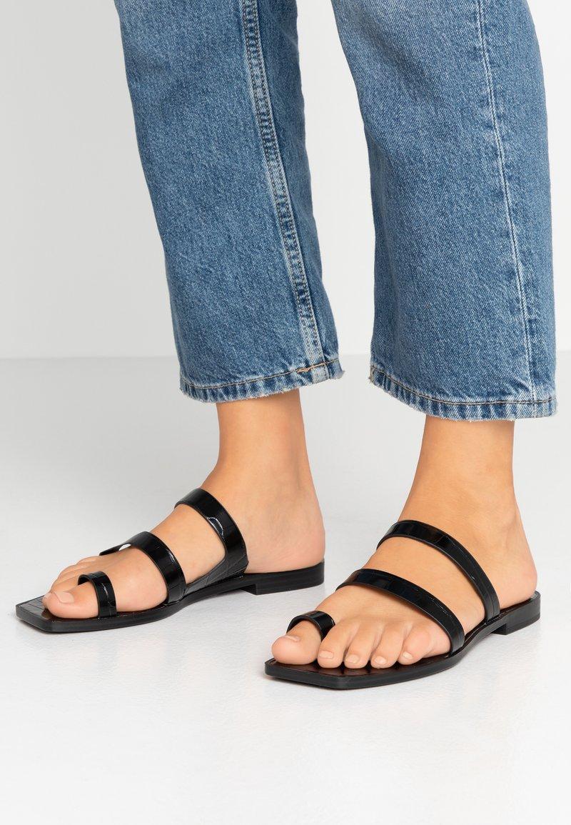 Dolce Vita - ISALA EMBOSSED STELLA - Sandály s odděleným palcem - black