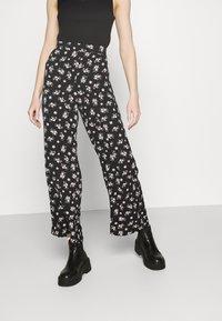 Vero Moda - VMSAGA WIDE PANT - Pantaloni - black/dara - 0