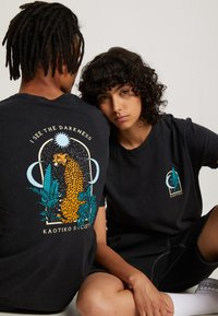 Kaotiko - WASHED LEOPARD - T-shirt con stampa - black - 0