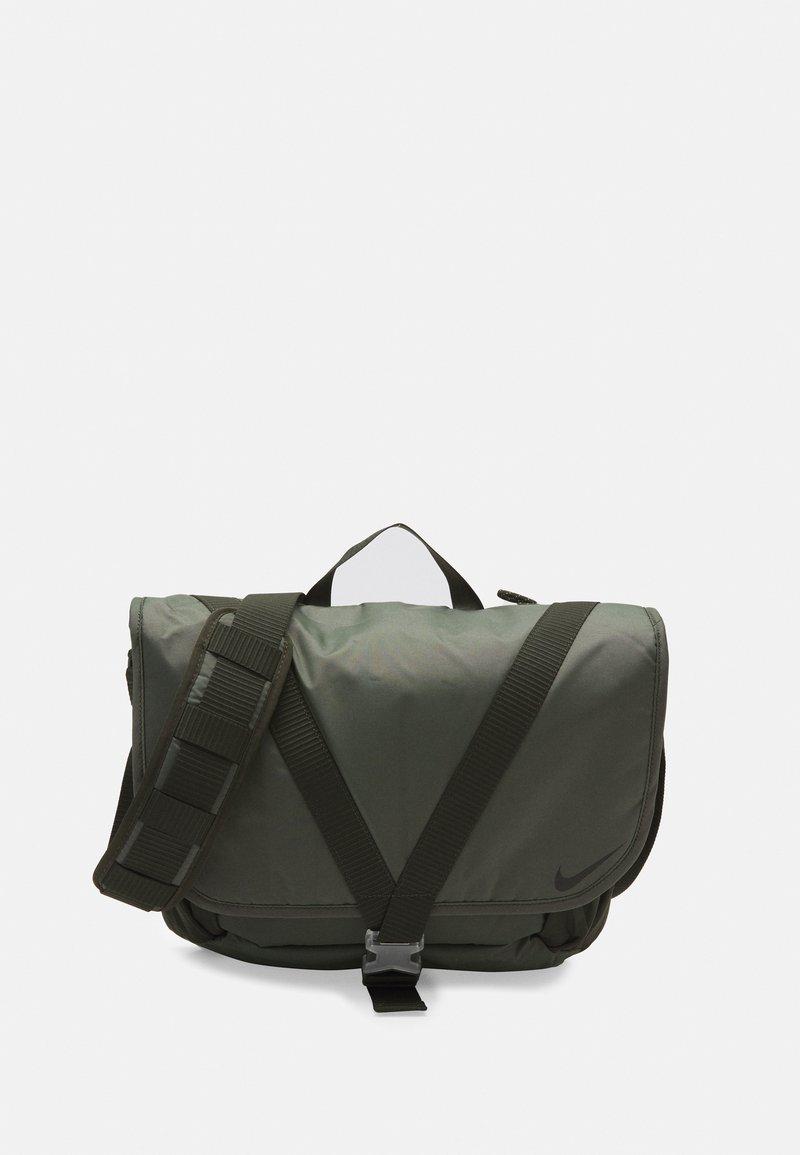 Nike Sportswear - SPORTSWEAR ESSENTIALS UNISEX - Borsa a tracolla - sequoia/oil green/black