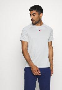 Tommy Hilfiger - CHEST LOGO - T-shirt - bas - grey - 0