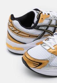 ASICS SportStyle - GEL-1130 UNISEX - Tenisky - white/pure gold - 7
