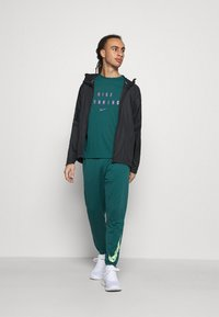 Nike Performance - RUNNING DIVISION MILER - Printtipaita - dark teal green - 1