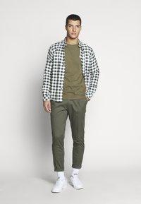 Tommy Jeans - CHEST LOGO TEE - T-shirt z nadrukiem - uniform olive - 1