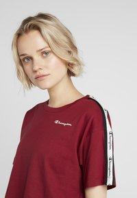 Champion - CREWNECK CROP - Print T-shirt - red - 4
