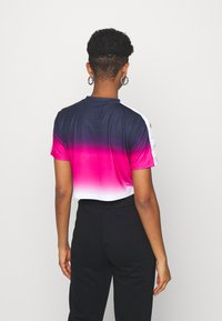 SIKSILK - FADE TAPE CROP TEE - Print T-shirt - navy/pink/white - 2