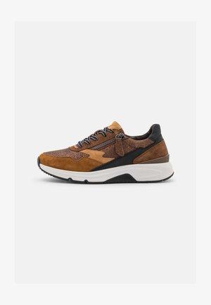 Sneakers laag - marone/bronce