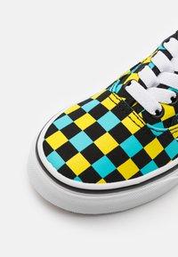 Vans - AUTHENTIC ELASTIC LACE UNISEX - Sneakers - black/multicolor - 5