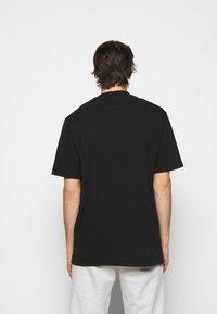 Han Kjøbenhavn - BOXY TEE FRONT - Print T-shirt - faded black/red - 2
