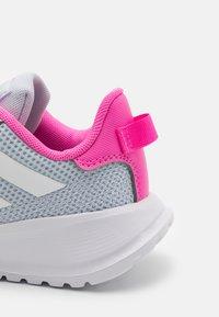 adidas Performance - TENSAUR RUN UNISEX - Hardloopschoenen neutraal - halo blue/footwear white/screaming pink - 5