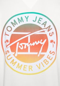 Tommy Jeans - CIRCULAR GRAPHIC TEE - Printtipaita - white - 5
