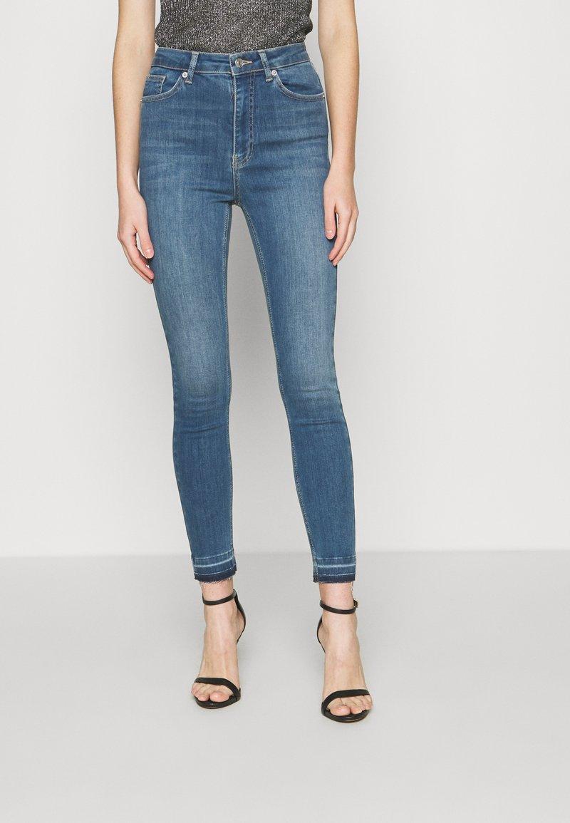 NA-KD - SKINNY HIGH WAIST OPEN HEM - Jeans Skinny Fit - mid blue