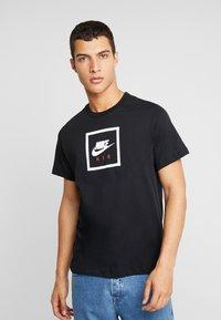 Nike Sportswear - M NSW SS TEE AIR 2 - T-shirts print - black/white - 0