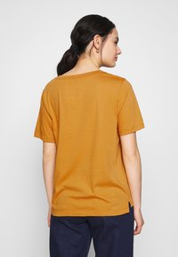 Scotch & Soda - RELAXED FIT TEE WITH ARTWORKS - T-shirts med print - orange dusk - 2