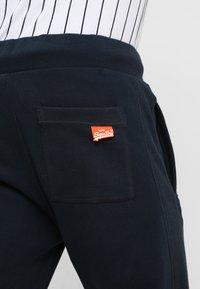 Superdry - Pantalones deportivos - eclipse navy - 5