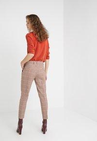 DRYKORN - LOAD - Kalhoty - orange check - 2