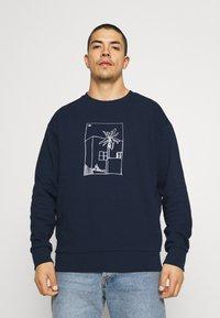 adidas Originals - GRAPHIC CREW - Sweatshirt - collegiate navy - 0