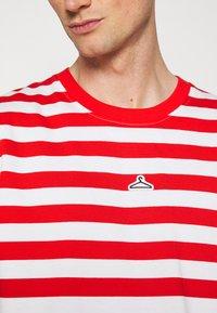 Holzweiler - HANGER STRIPED TEE - T-shirt print - red/white - 5