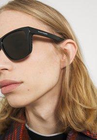 Alexander McQueen - UNISEX - Occhiali da sole - black/grey - 1