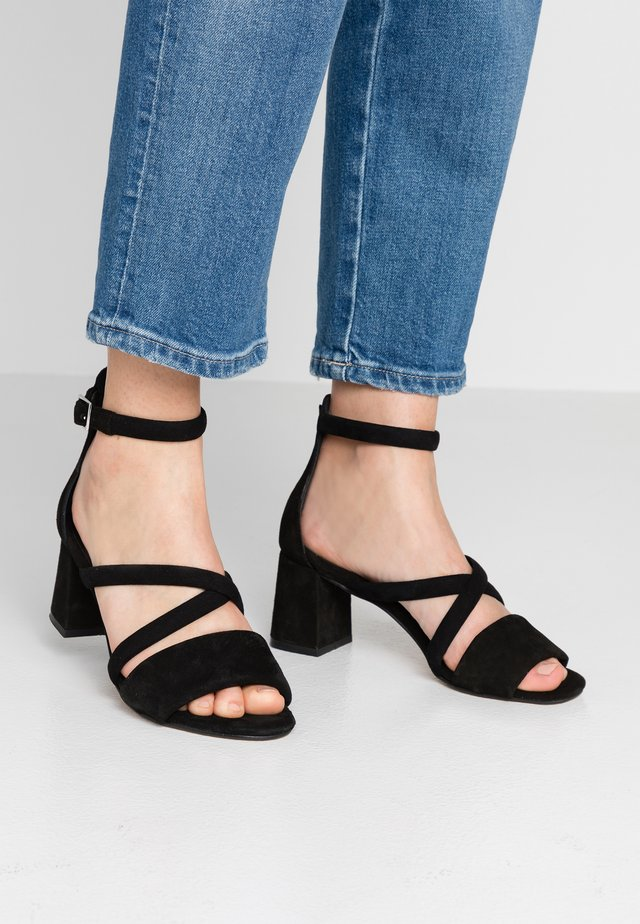 MAY PUFF - Sandaalit nilkkaremmillä - black