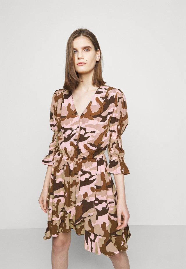 Denní šaty - camouflage peach