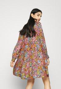 YAS - YASTAPETIA DRESS  - Denní šaty - super lemon/multi - 3