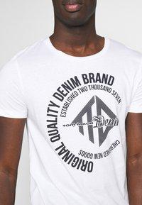 TOM TAILOR DENIM - WITH COINPRINT - T-shirt med print - white - 5