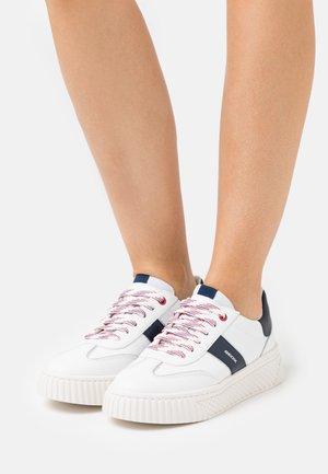 LICENA  - Zapatillas - white/navy
