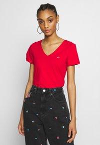 Tommy Jeans - SHORTSLEEVE STRETCH TEE - Basic T-shirt - deep crimson - 0