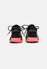 adidas Originals - NMD_R1.V2 BOOST UNISEX - Joggesko - core black/signal pink/signal green - 3
